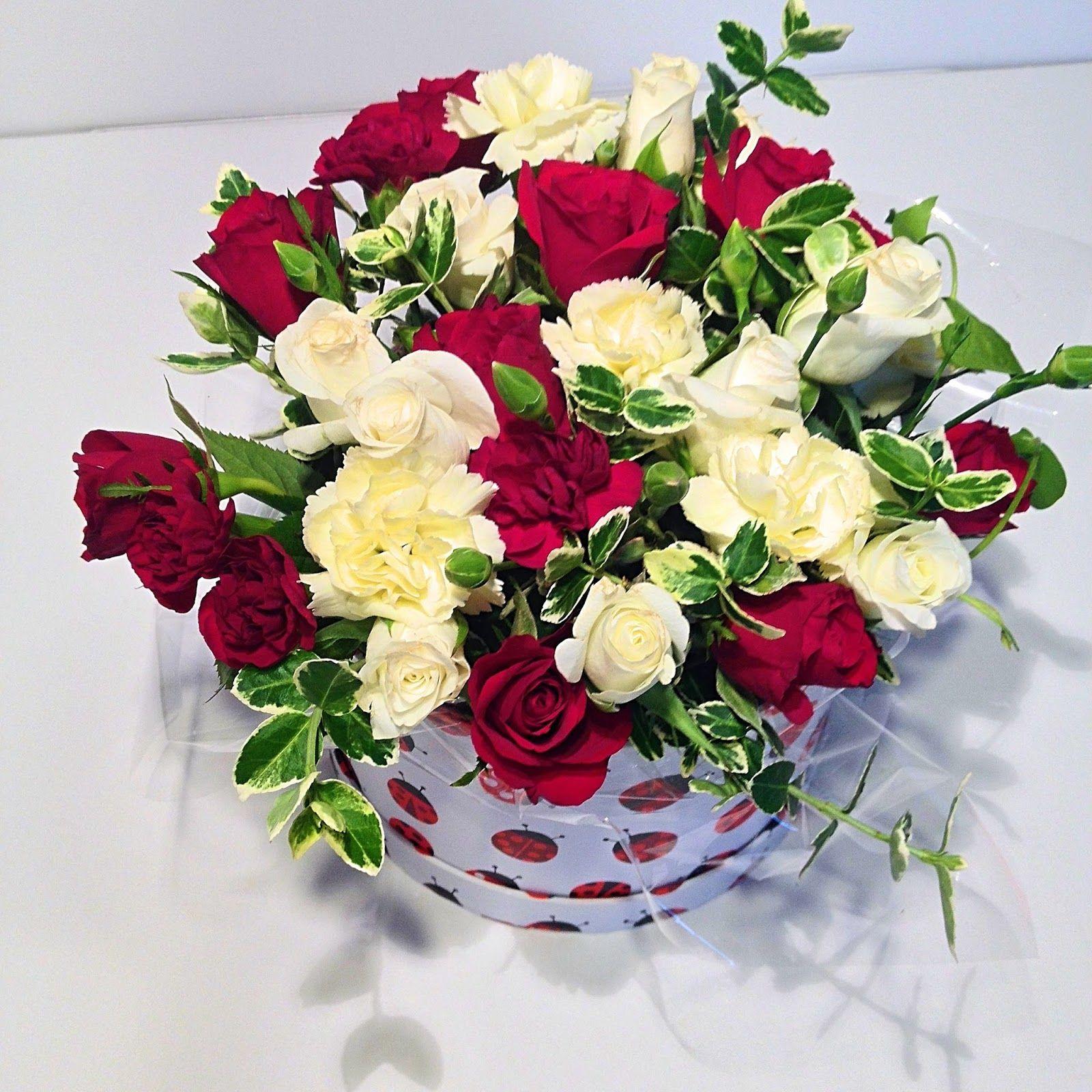 Kwiaty W Pudelku Diy Na Dzien Mamy Idealny Pomysl Na Efektowny Prezent Na Ta Wyjatkowa Okolicznosc Floral Wreath Table Decorations Floral