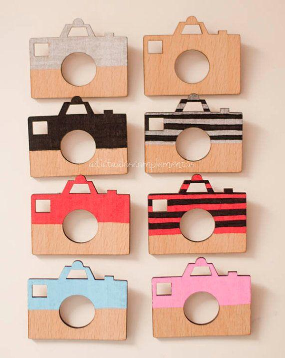 Brooch Camera wooden handpainted camera brooch. por PetiteDeer, €7.50