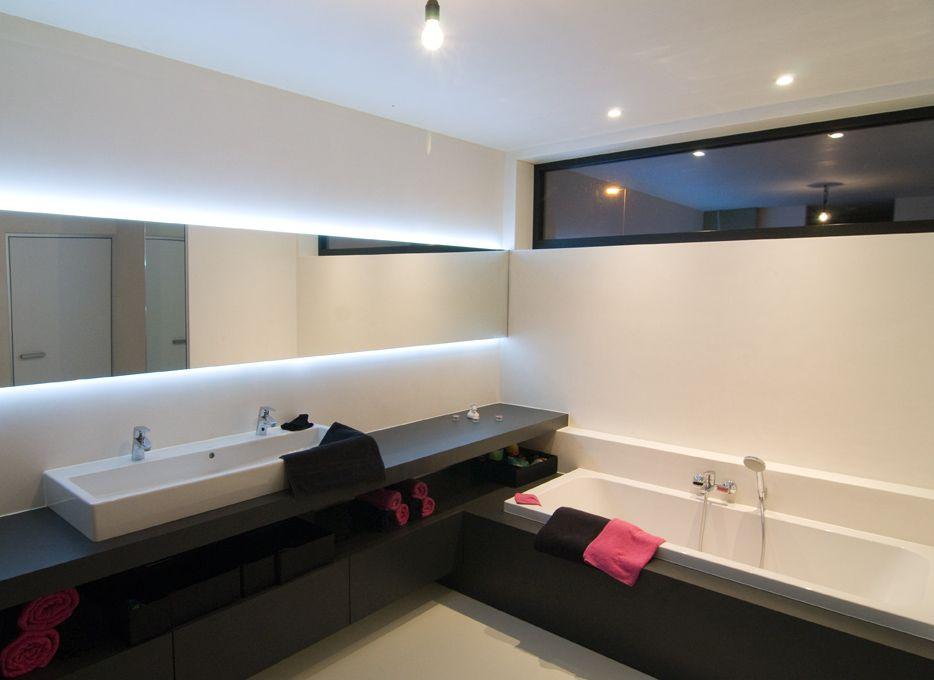 lavabomeubel loopt door over bad/*nota C: + bandraam boven bad op ...