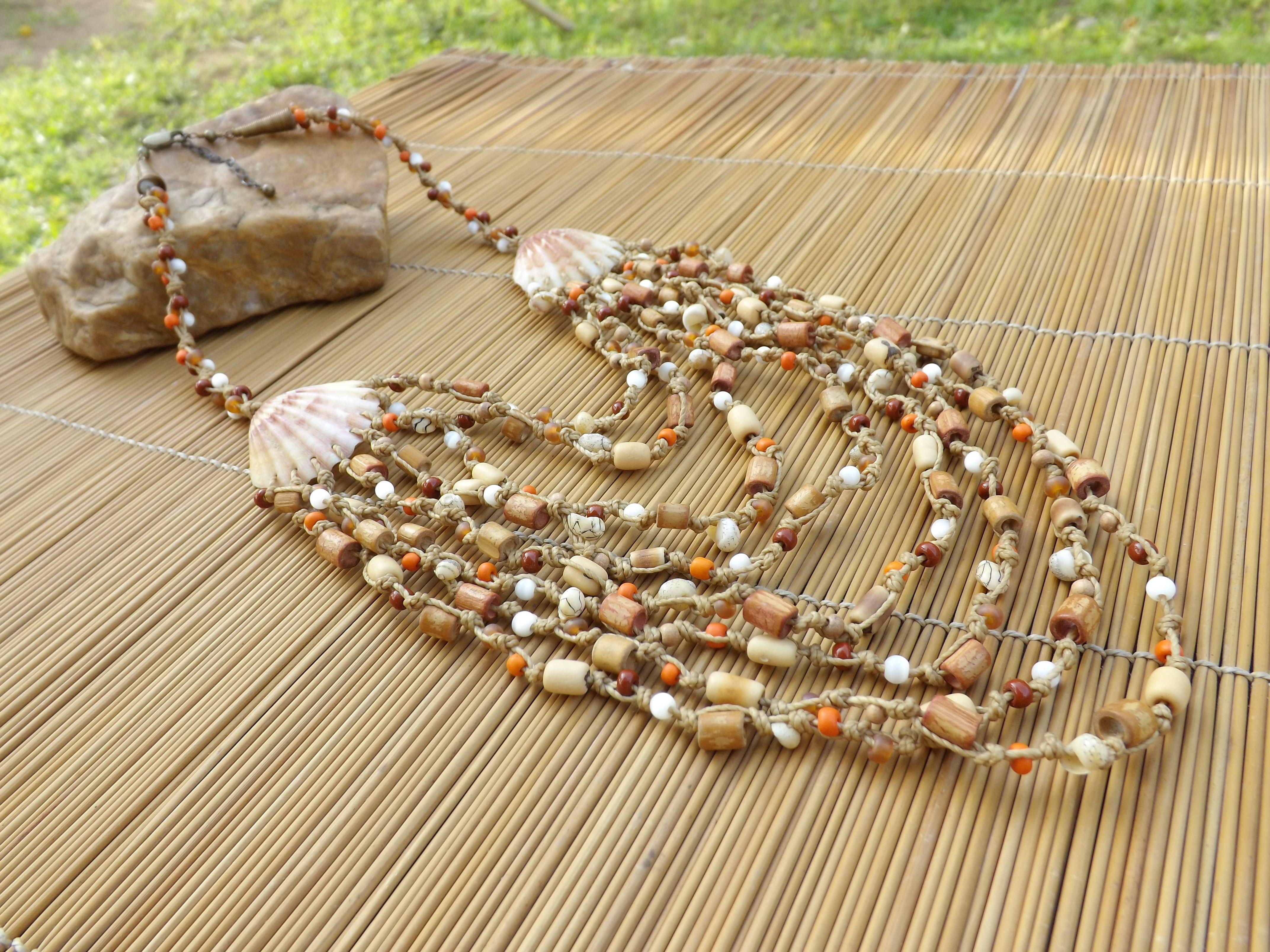 colar rustico feito com cordão encerado ,conchas naturais como entremeio ,miçangas,olho de gato,bambo e semente,o acabamento envelhecido.Vendido