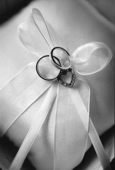 how to tie rings to wedding pillow source dreamirishweddingcom - Wedding Ring Pillow