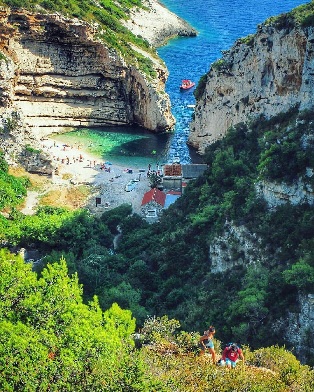 Stiniva, Vis, Croatia (FuenteInstagram) Croatia travel