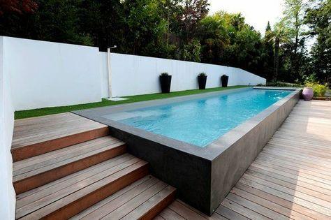 piscine semi enterée cour pelouse
