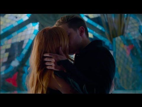 Clary jace kiss shadowhunters 1x07 youtube shadowhunters clary and jaces first kiss scene hd shadowhunters ccuart Images