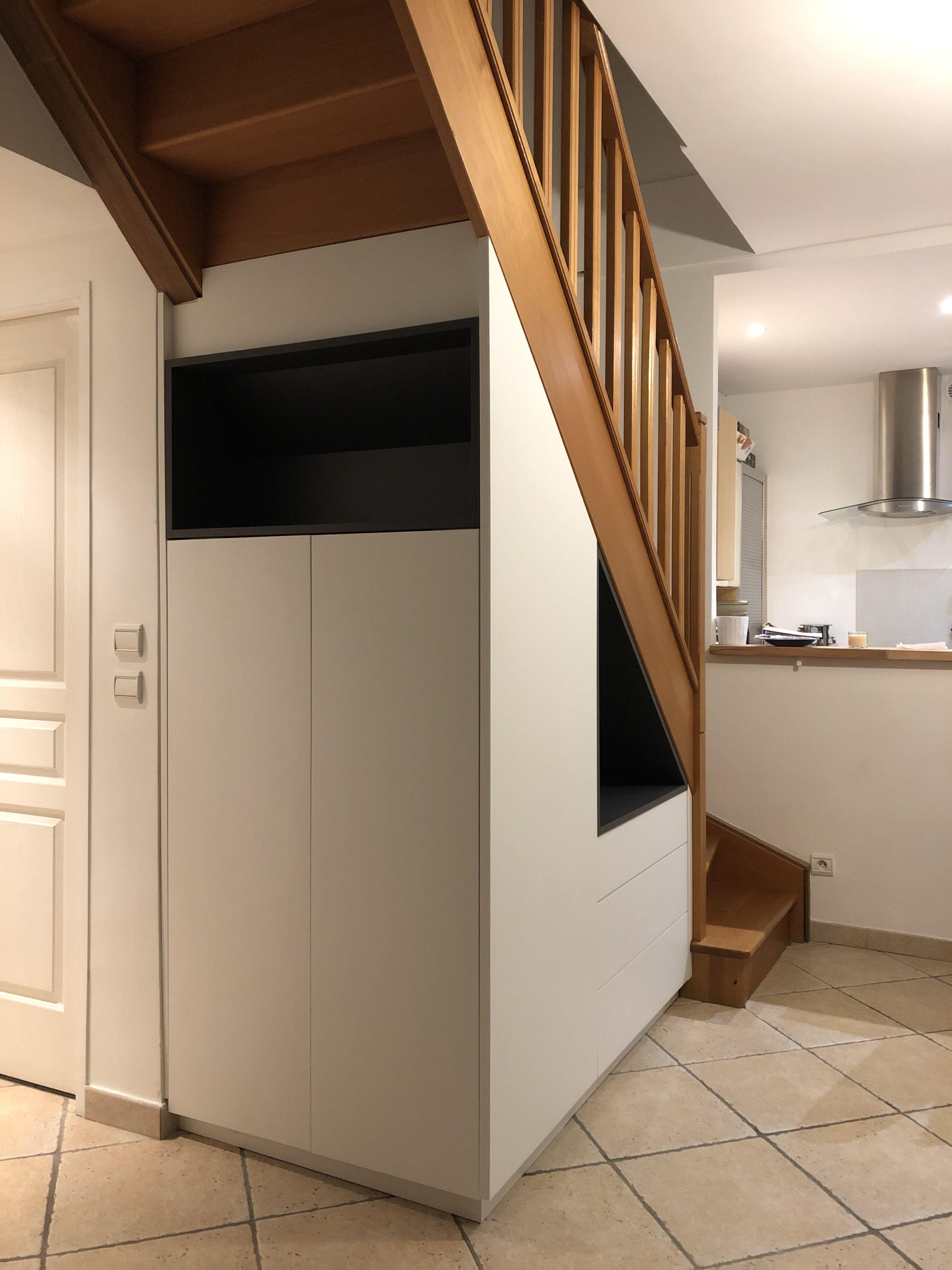 Agencement sur mesure meuble penderie trois tiroirs Meuble sur mesure sous escalier