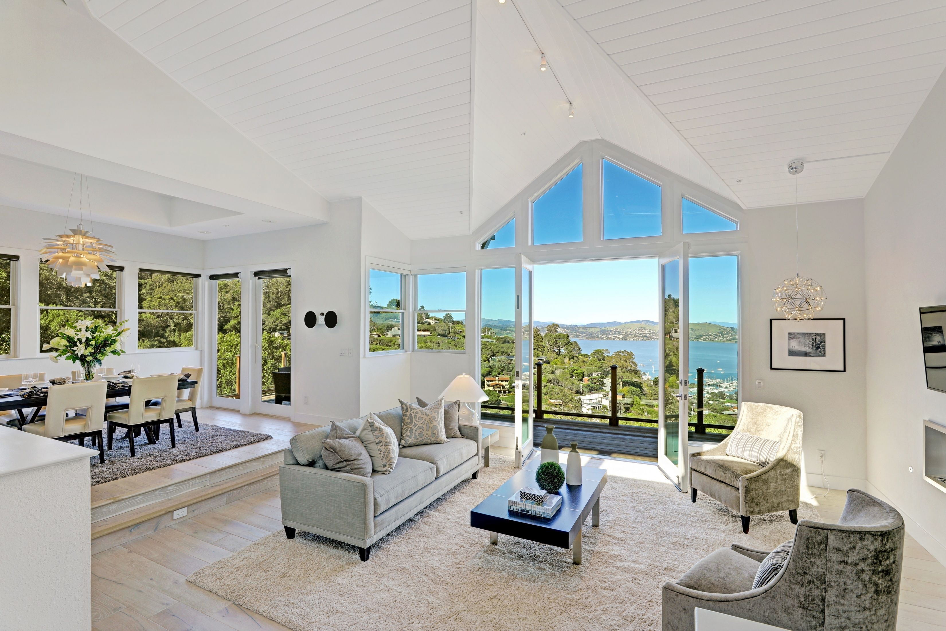 What's not to love about this Sausalito residence with its high ceilings, open floor plan, and timeless finishes? Oh, and there are outstanding water and marina views throughout. Sigh!  http://pacunion.us/244spencer