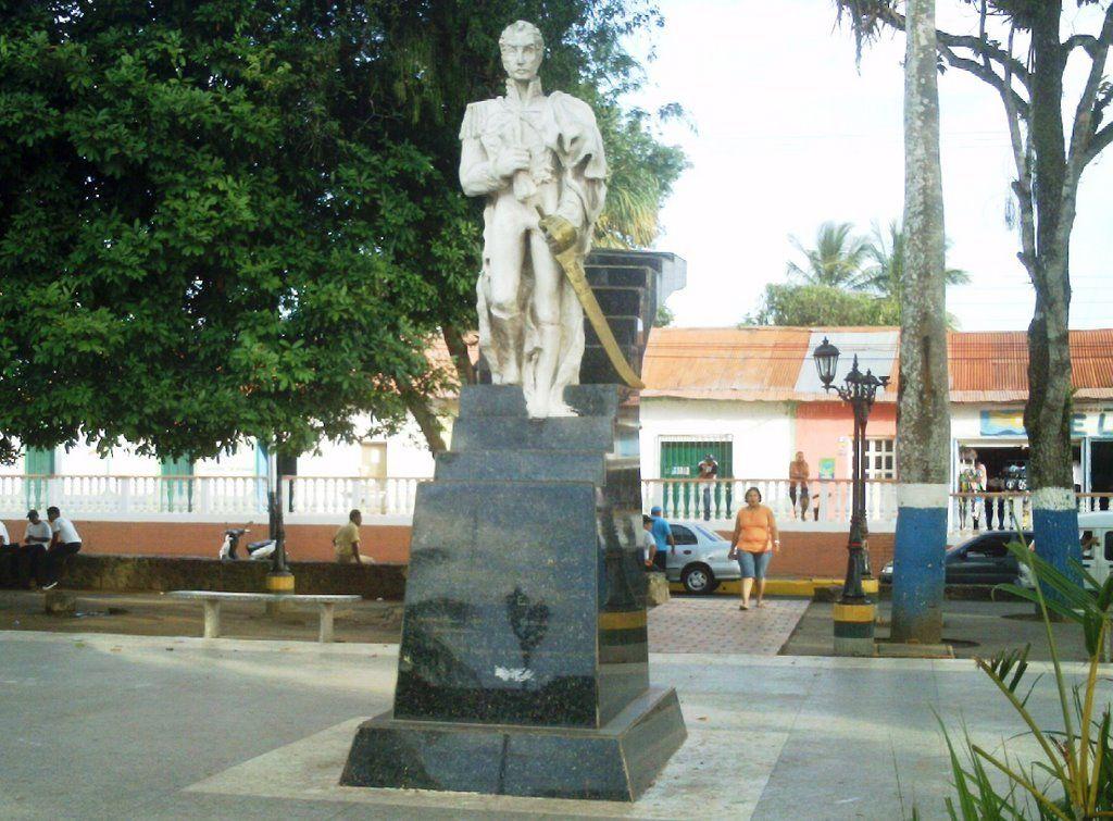 Estatua Pedestre del Libertador Plaza Bolívar de El Palmar Bolívar