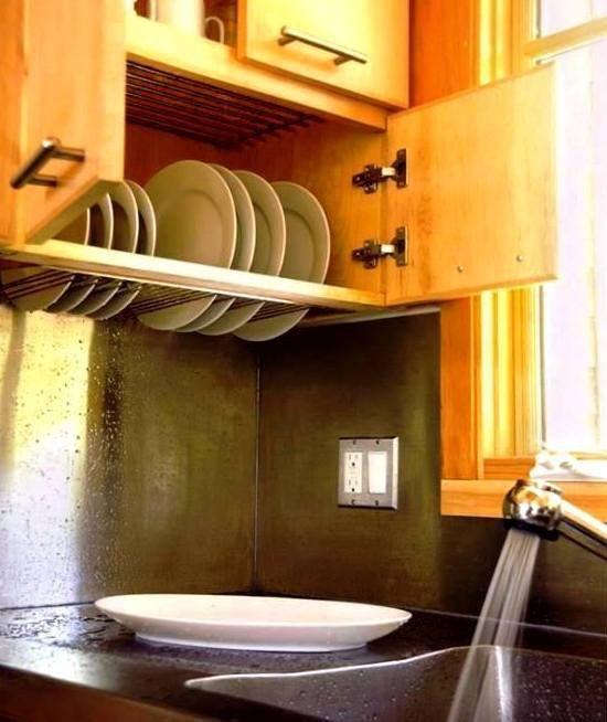 gabinete arriba del fregadero con rejilla para trastes