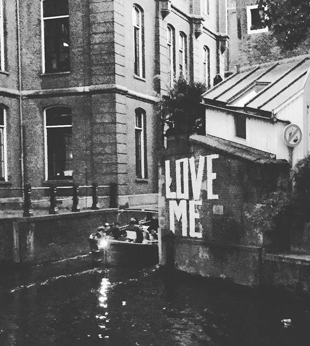 Love me till I am me again... ❤️❤️❤️ #amsterdam #amsterdamcanals #artwalls ##instadaily #igers #igtravel