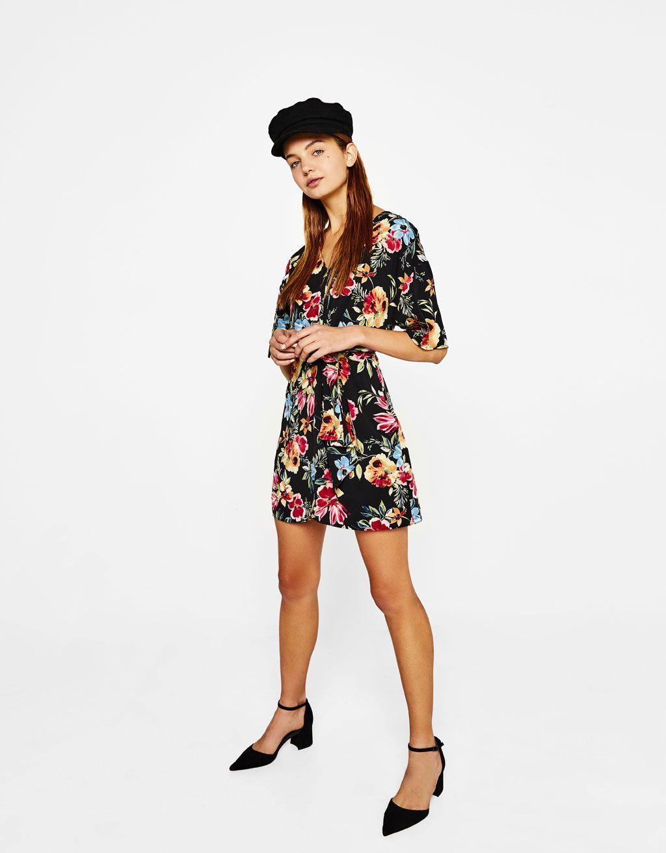 2d0749b7c Vestido corto de flores. Descubre ésta y muchas otras prendas en Bershka  con nuevos productos cada semana