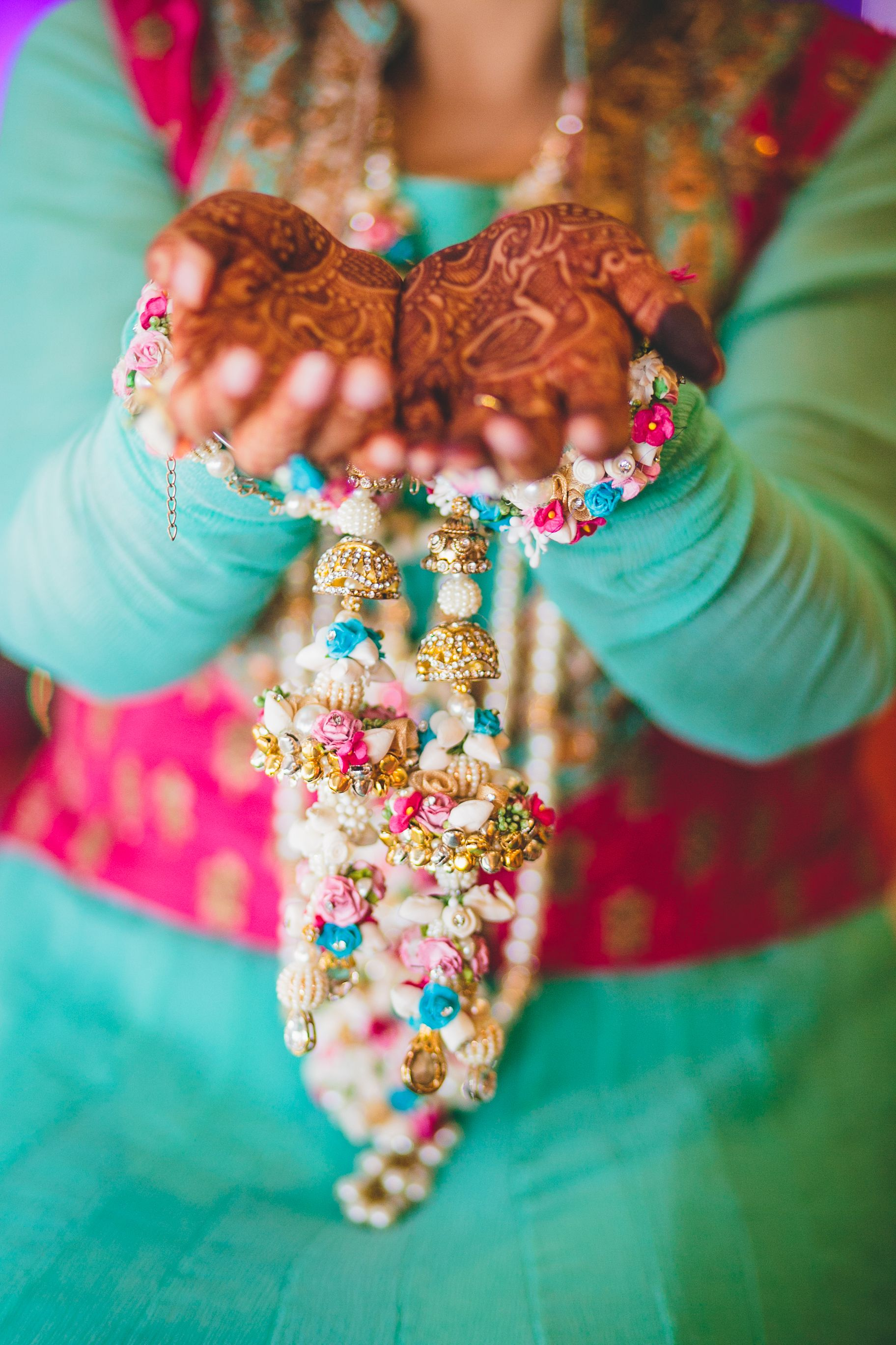 Summery cool and a perfect color pop mehandi day look inspiration. #photozaapki #weddingphotography #indiabrides #allthingsbridal #bridalblings #mehandi #flower #accessories #kaleere #bangles #summerweddings #mehandipatterns