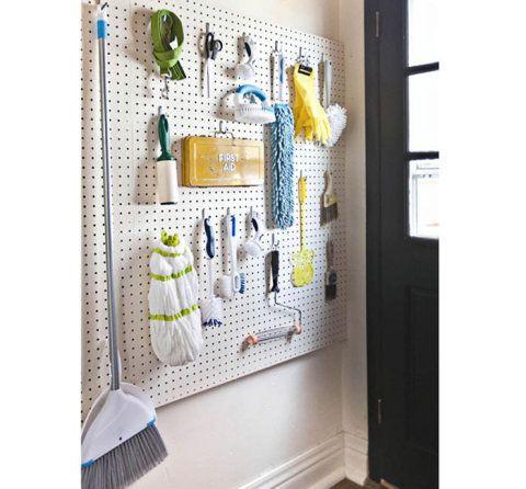 Uma placa de eucatex perfurada decora e organiza a casa toda, do quarto à lavanderia.