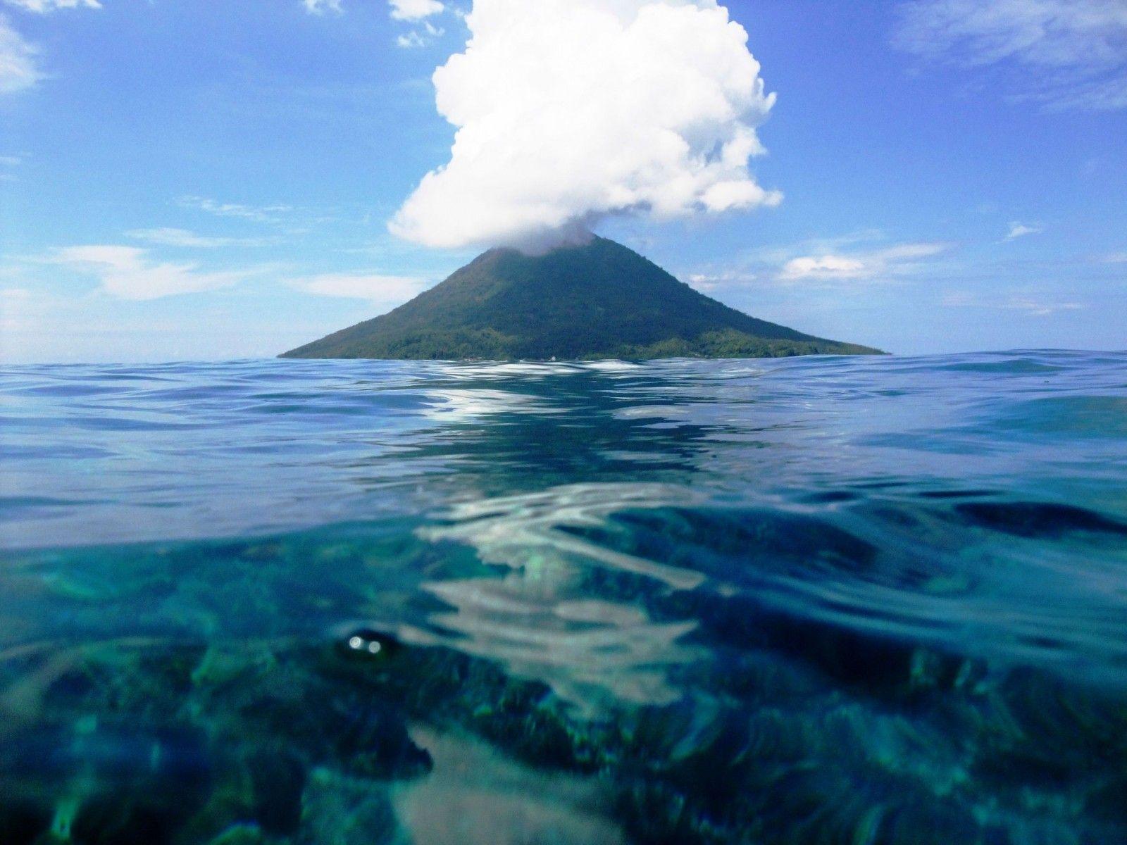 a-volcanic-island-in-manado-indonesia-1600x1200.jpg (1600 ...