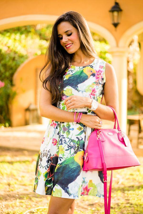 Vestido estampado combinado con bolso