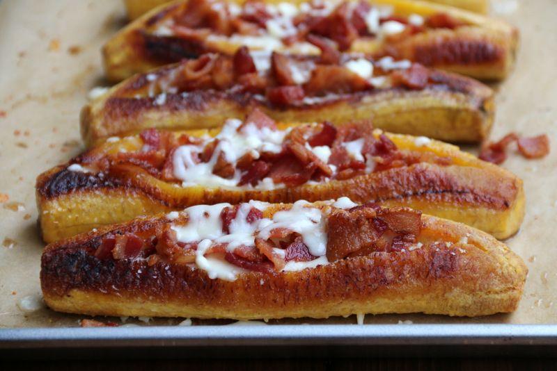 Receta para canoas de plátano con tocino y queso, se prepara con plátanos maduros asados rellenos con tocino crujiente y queso desmenuzado. Se sirven con ají criollo.