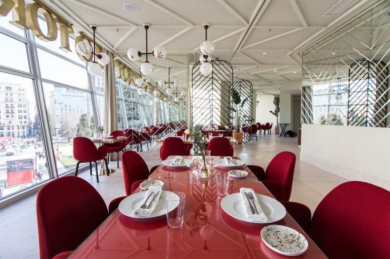 Restaurante Somos El Nuevo Place To Be Con Vistas A La Plaza De España Restaurantes De Moda Restaurantes Decoración De Unas