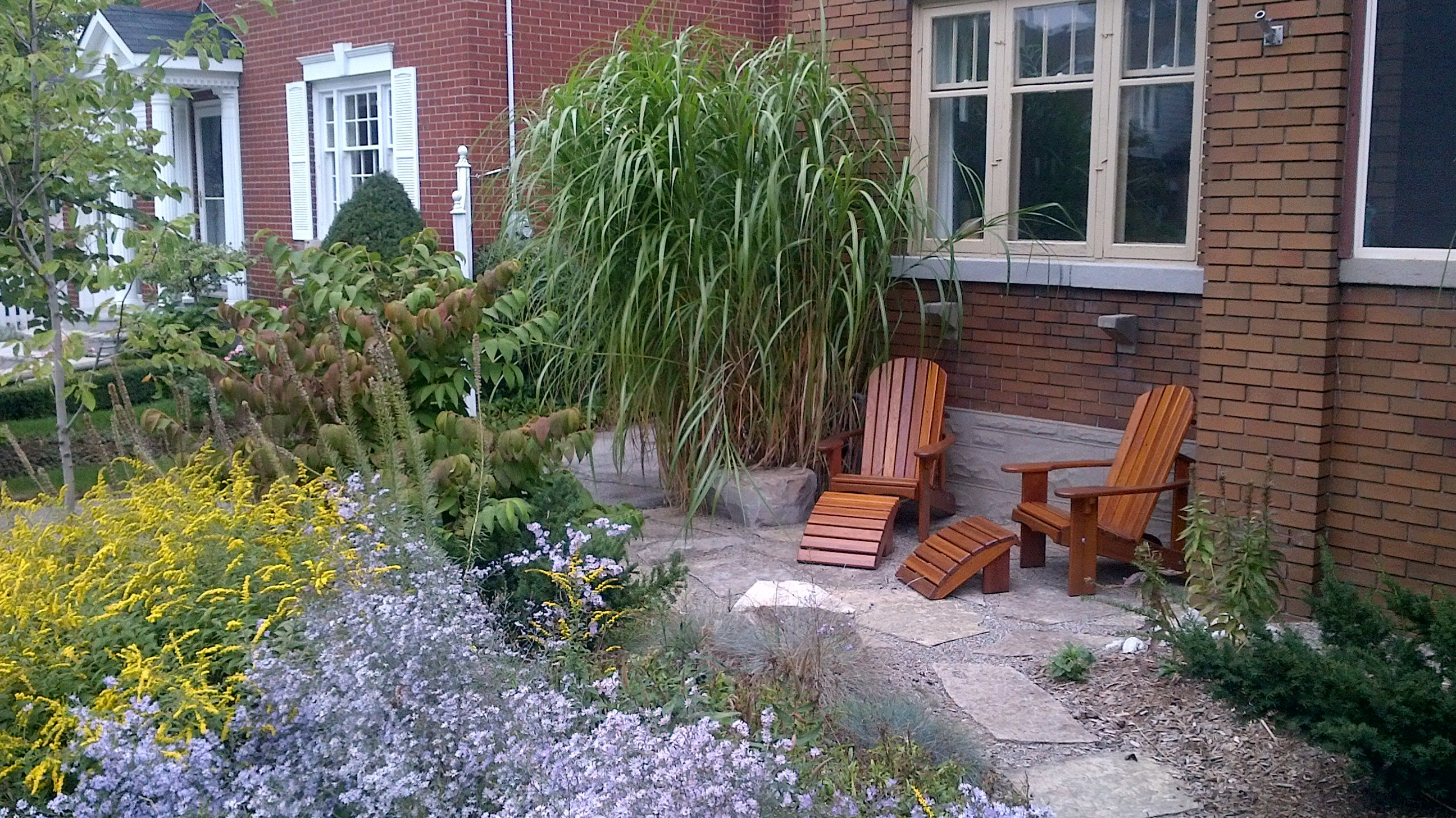 Front yard sitting area ideas in the garden lies the for Front yard landscaping ideas small area