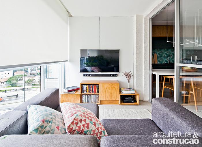 No apartamento paulistano de 58 m², o painel de madeira não é apenas parte das…