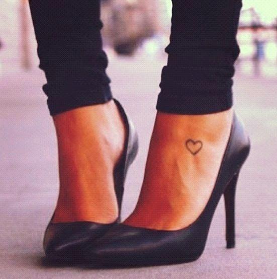Modele tout petit tatouage cheville pied contour coeur - Petit coeur tatouage ...