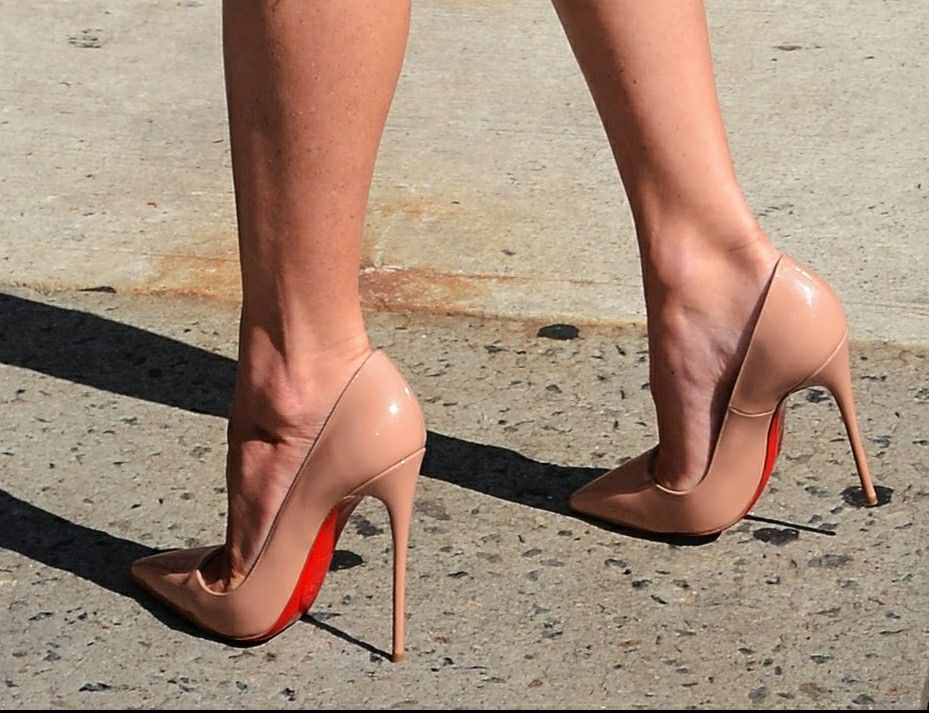 bfa9b8fc16e Olivia Munn  nude pumps