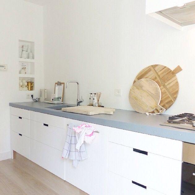 Een witte keuken met een grijs blad - Werkblad voor witte keuken ...