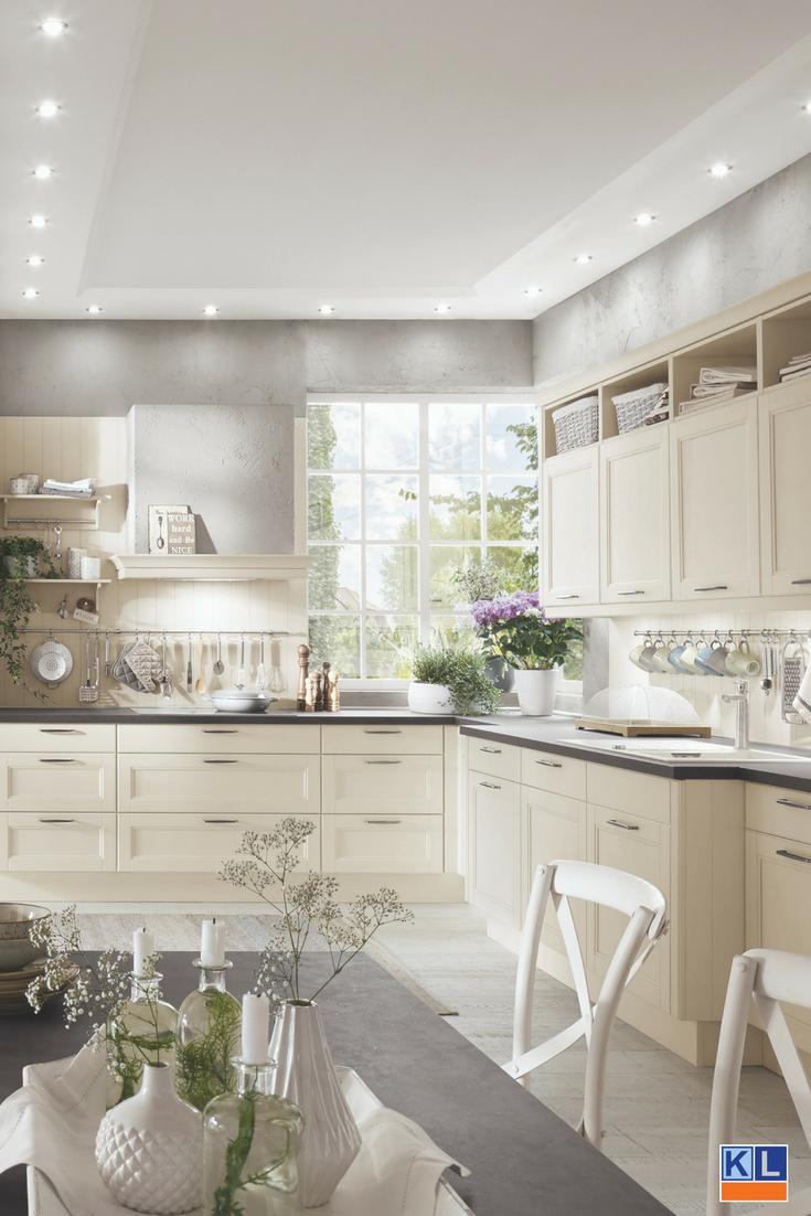 Wat Een Plaatje Een Mooie Cremekleurige Woonkeuken Ondanks De Grote Ruimte Is Het Een Knus En Sfeervol Geheel Keukenstijl Keukenkast Keuken Idee