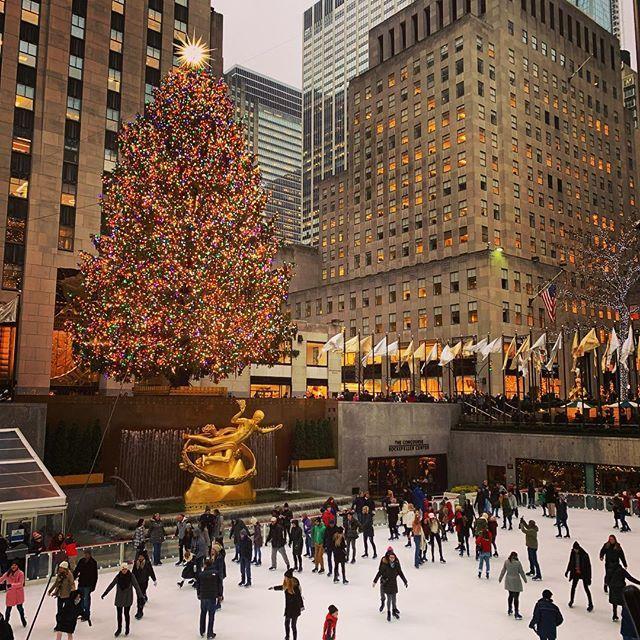 Christmas magic in New York City! Best time/season of the year to visit in my opinion:) . . . . . . . #nyc #rockefellercenter #rockefellertree #rockefellerchristmastree #skatingrink #christmasmagic #bigapple #visitnyc #nyc #newyorkcity #bigapple #christmas #canadiantraveller #visitnewyork #holidays #timeoutnewyork #winter #travel #christmastree #picturesofnewyork #instanyc #thestreetsofnyc #ilovenyc #newyork_feature #thebigapple #ilovenewyork