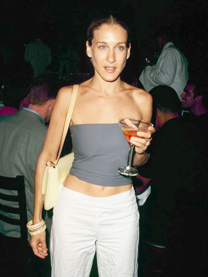 celebrity style, sex and the city, 90s style, celebrity look, Carrie Bradshaw, outfit ideas, fashion trend, crop top, Sarah Jessica Parker, sex and the city style, strapless top,