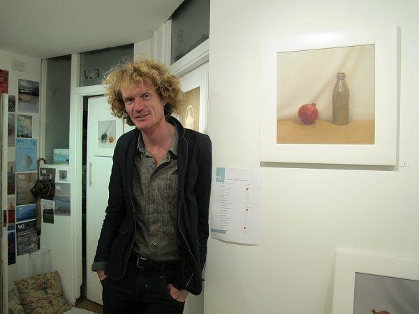 Unvergessliches, vergessenes Eck Cornwalls. Eingesunken lehnt er da, an der weißen Wand derWestcroft Gallerie...