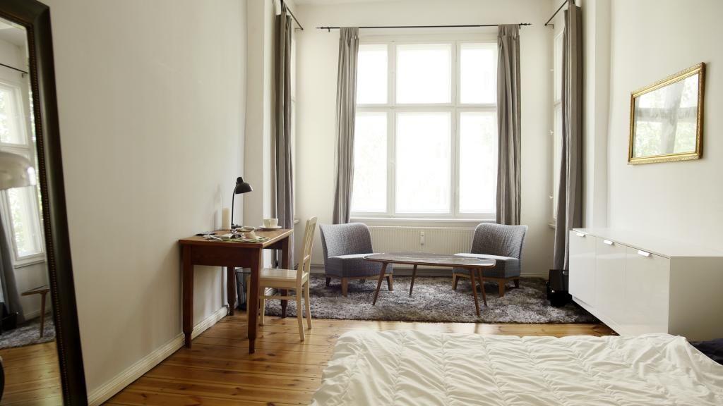 simple einrichtungsidee f r wg zimmer schreibtisch mit stuhl couchtisch mit sitzgelegenheiten. Black Bedroom Furniture Sets. Home Design Ideas