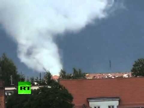 Polonia: Potente tornado que se agita sobre la ciudad captado por una cámara