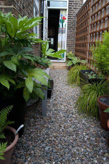 Narrow courtyard living in london ikea magazine yard for Small narrow garden ideas