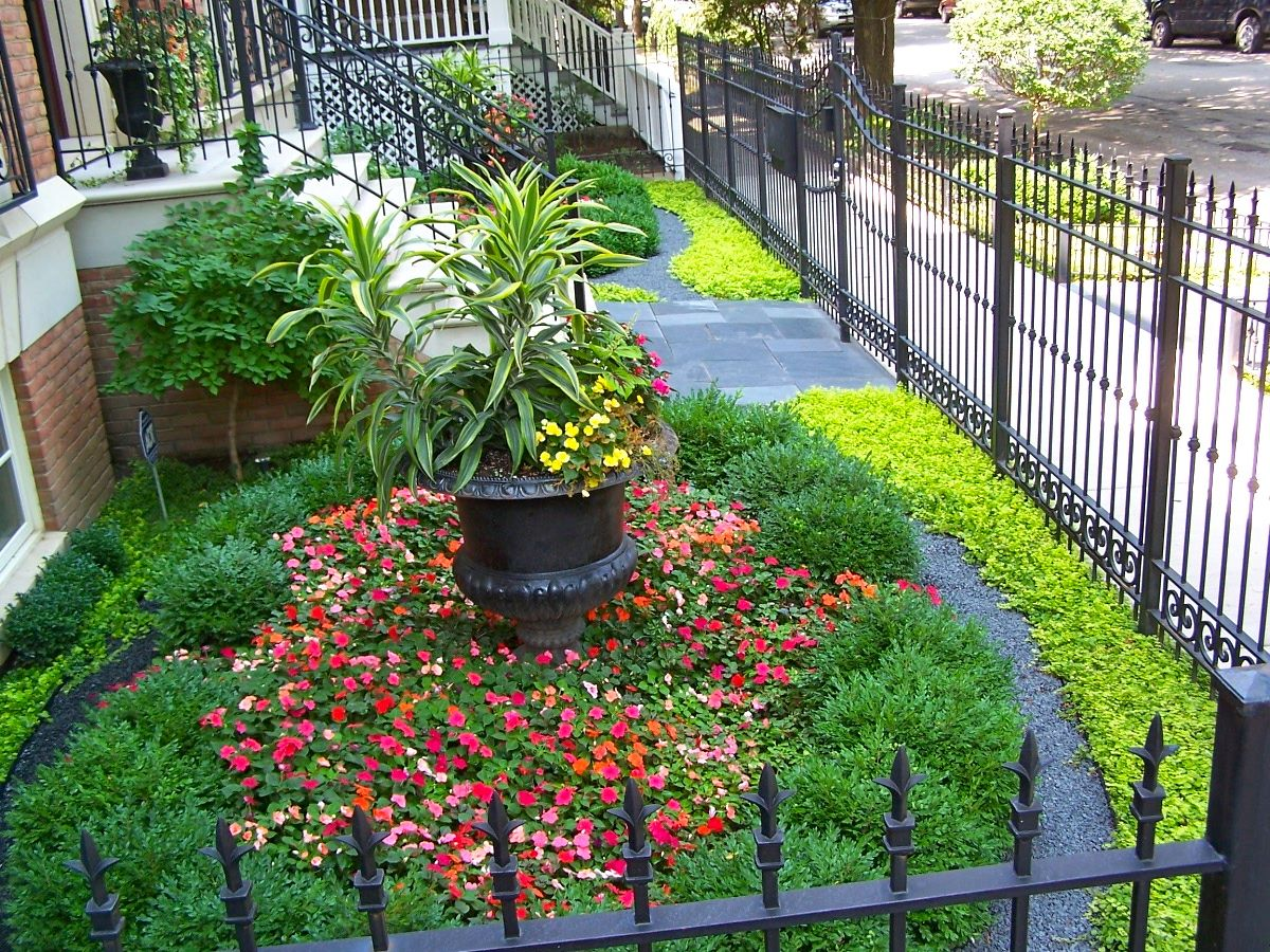 City front yard no grass boxwood bluestone chip ground covers chicago il land art design - Practical ideas to decorate front yards in the city ...