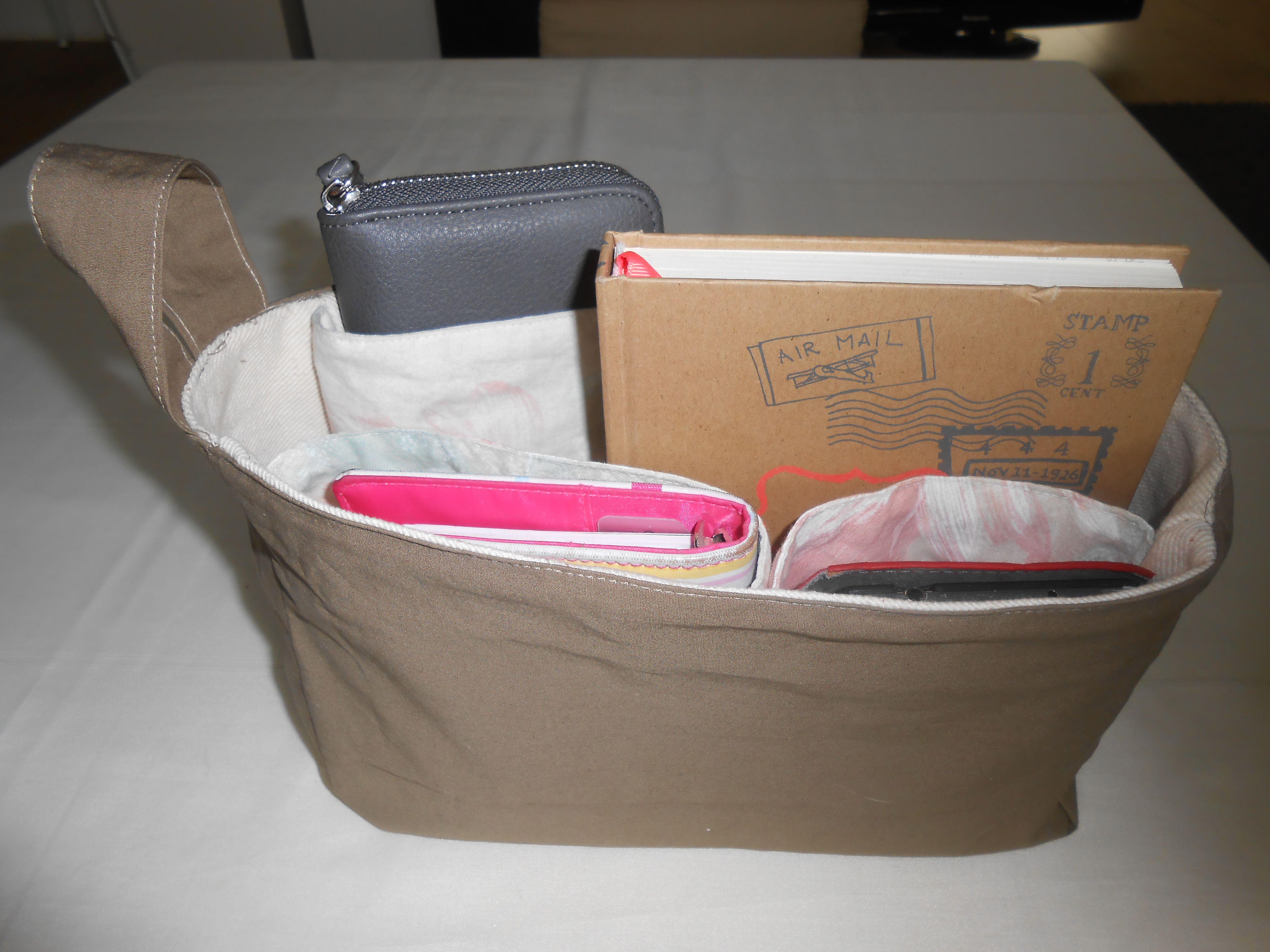 www.katoen-en-nu.nl  De 'tas-voor-in-je-tas' wordt op maat gemaakt. Afhankelijk van wat jij altijd in je tas mee wilt nemen, wordt er een aantal opbergvakjes gemaakt van de juiste grootte. Voortaan kan je alles weer vinden!