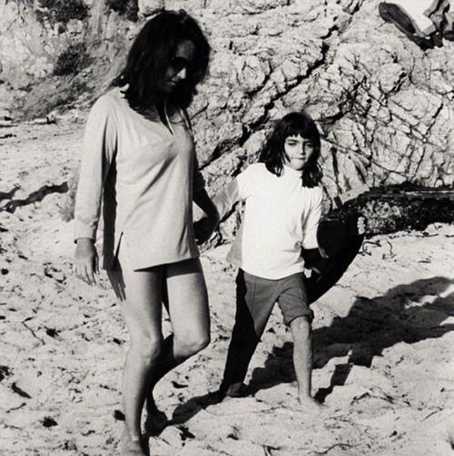 Elizabeth with Liza Todd Burton on the beach   Elizabeth taylor, Mike todd, Michael wilding