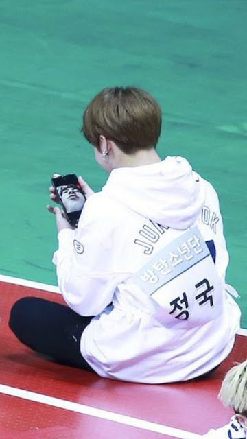 New Funny Face Jungkook is laughing at the photograph of Seokjin who is sleeping with a funny face Jungkook is laughing at the photograph of Seokjin who is sleeping with a funny face      VIA : THEQOO.NET