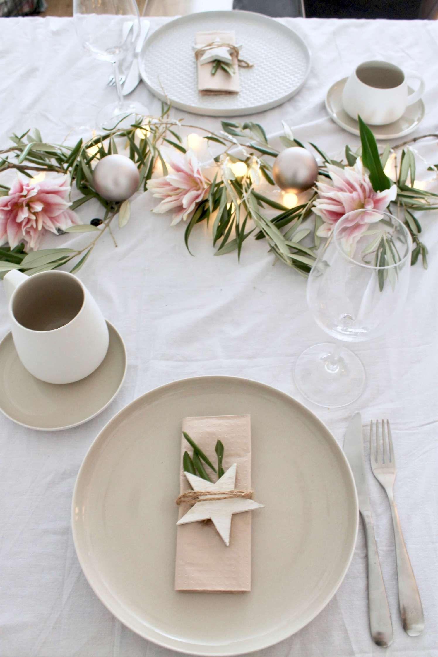 Tischchen, wechsel dich ° Zwei festliche skandinavische Tischdekorationen für Weihnachten ° Wow, mit Lichterkette! #weihnachtendekorationtischdekoration