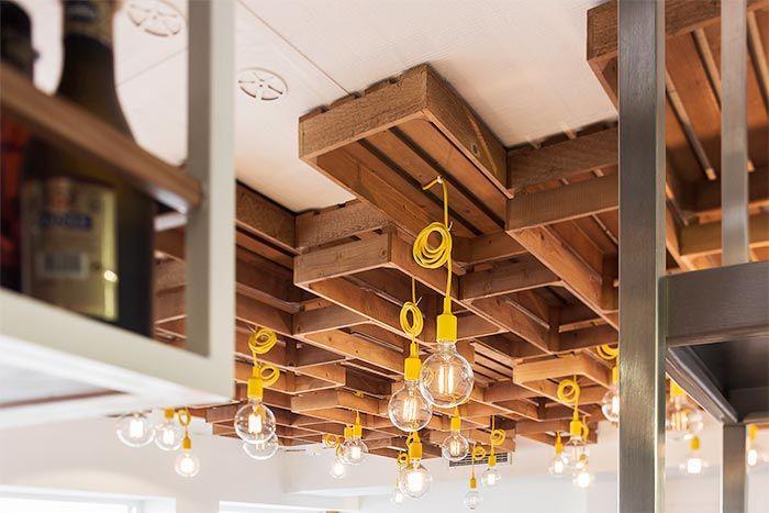 Un restaurante en O Grove con mucho blanco y madera · Wood and white