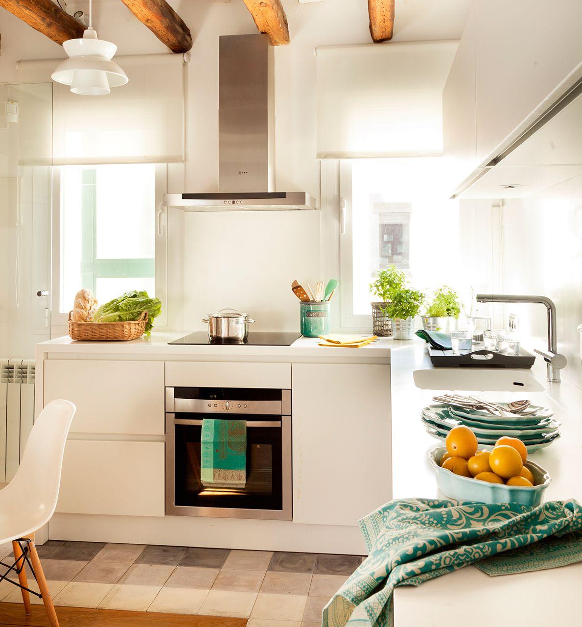 Cocina office blanca con vigas de madera suelo de - Suelos para cocinas ...