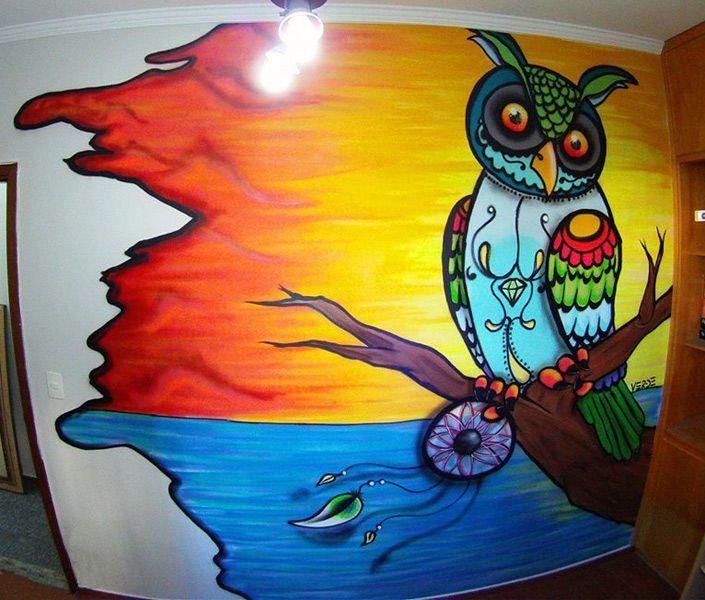 A coruja multicolorida criada pelo artista VERDE, Gustavo Cortelazzi tem tons vibrantes.