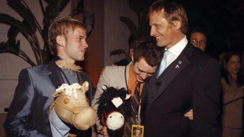 l-o-t-r:  Cast Reunion: Dom & Elijah support Viggo @ the premiere of his film Hidalgo (2004)