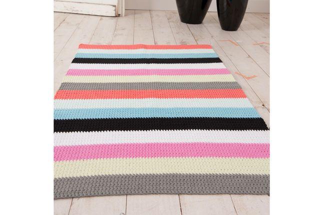 Un tapis rayé au crochet Très facile à réaliser,ce tapis rayé au crochet ajoute une touche de couleur à un sol classique, et personnalise la chambre ou le salon.