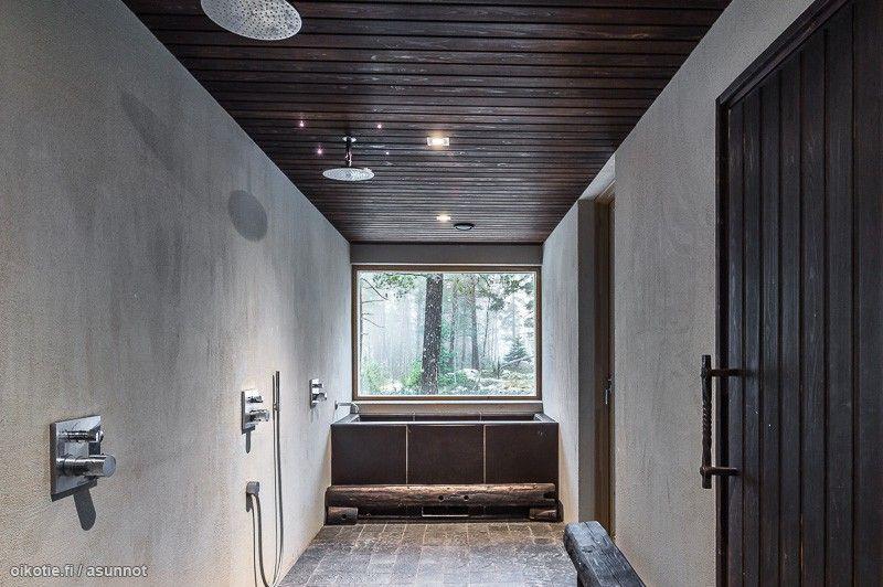 betoniseinät ja maisemaikkuna kylpyhuoneessa