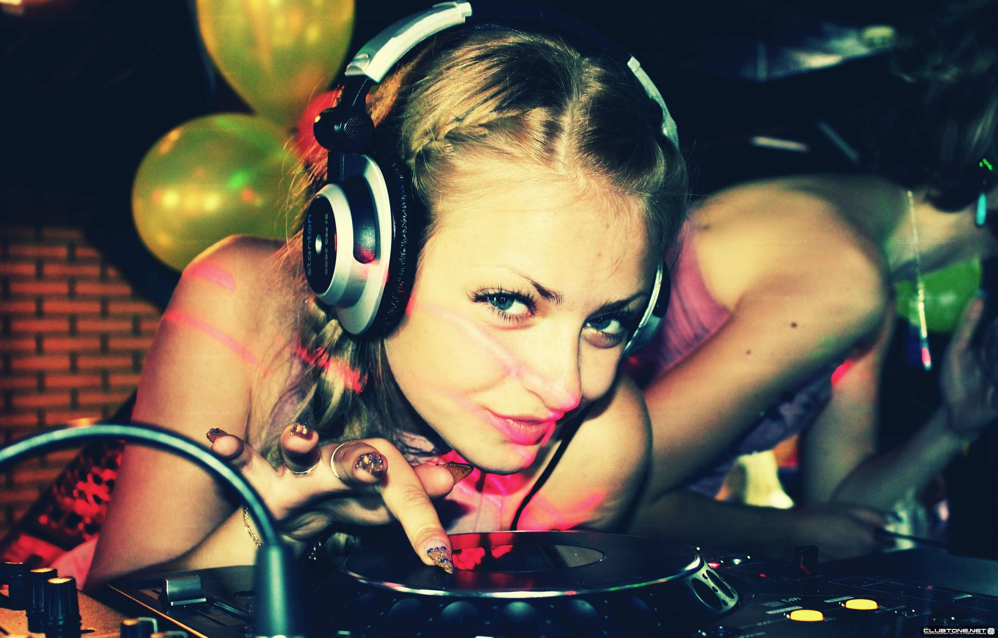Women Music Models Headphones Girl DJ / 3200x2048