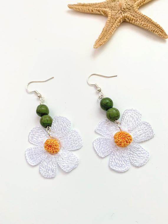 Flower Crochet Earrings / White Flower Earrings / Daisy Flower Earrings / Dangle Flower Earrings / Beaded Flower Earrings