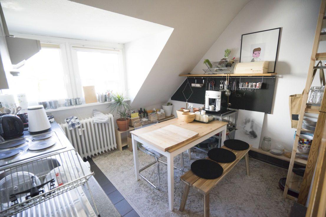 D Oberkassel Gepflegte 2 Zimmer Maisonette Dachgeschosswohnung Mit Einbaukuche Haus Deko Einbaukuche Und Dachgeschosswohnung