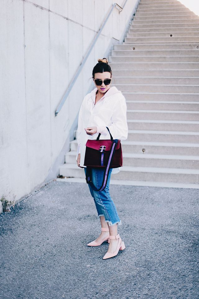 Herbst-Outfit Idee: Weiße Oversize-Bluse über rosa Sweatjacke!