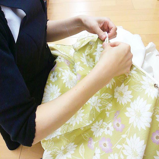 袷着物、裾とじ。  今年の冬制服はカラフルです☆ 自分の制服、自分で仕立てます。  #東亜和裁 #和裁士 #和裁 #袷着物 #着物 #裾 #指導員 #制服#手縫い