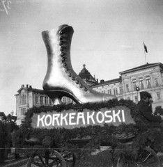Suomalainen viikko 27.9. - 4.10.1913. Korkeakosken jalkinemainos mainoskulkueessa Hietalahdentorilla.  Ivan timiriasew 1913 hkm.