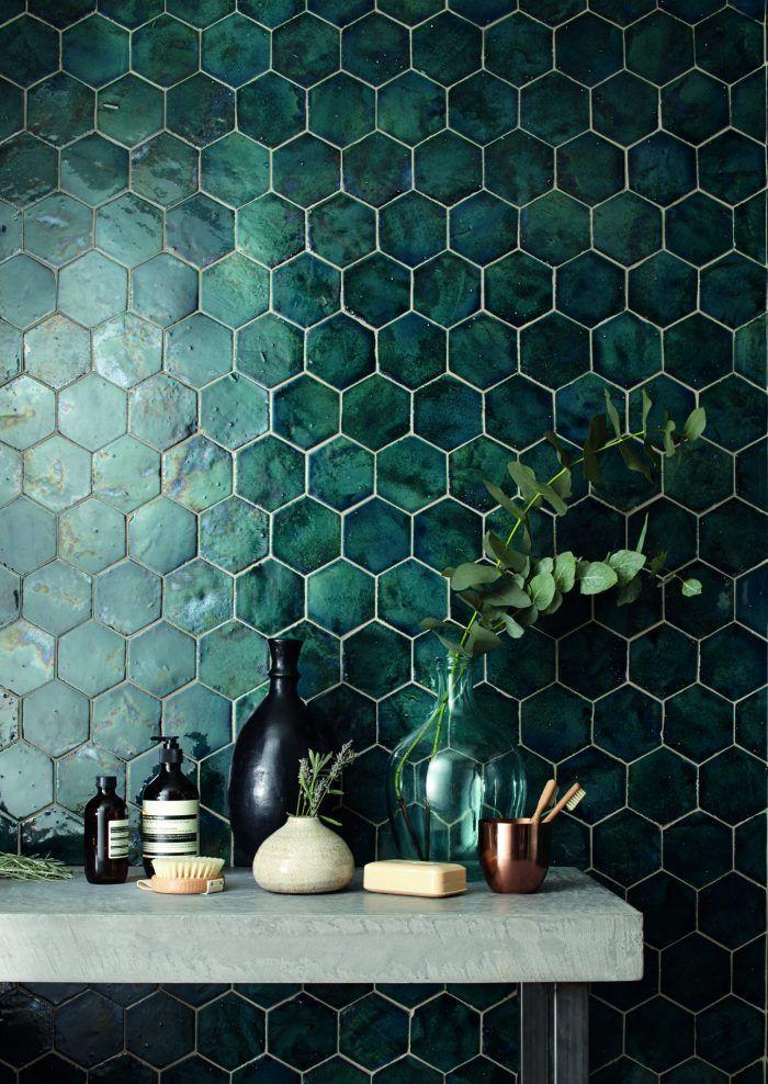 De trendkleur Quiet Clearing is niet alleen prachtig als muurverf in de woonkamer, maar ook als badkamertegel. Deze zeshoekige groene badkamertegels geven een sjieke uitstraling aan jouw badkamer. | #quietclearing #groenemuur #groenetegels #trendhopper #kleurvanhetjaar #badkamerinspiratie